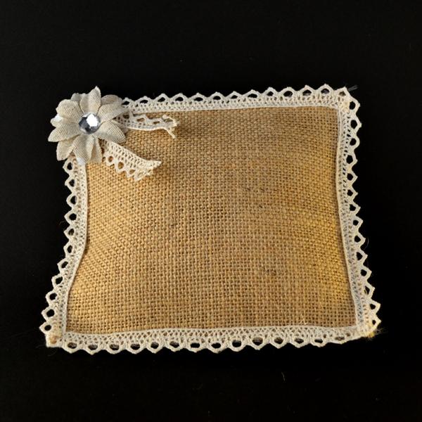 Μπομπονιέρα Γάμου Mαξιλάρι Λινάτσα με Διακοσμητικό Λουλούδι Στρας